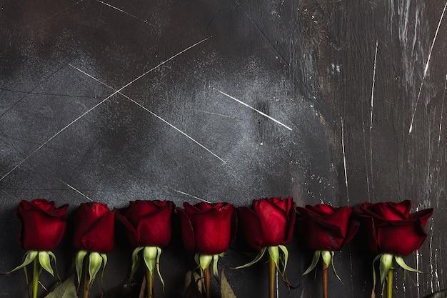 Muttertagesrot-rosengeschenküberraschung der valentinsgrußtagesfrauen auf dunkelheit Kostenlose Fotos