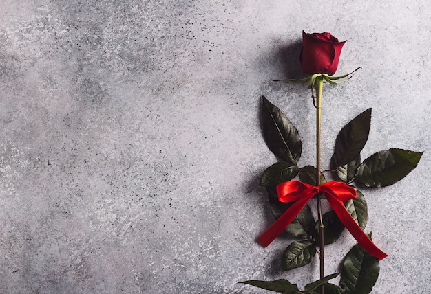 Muttertagesrot-rosengeschenküberraschung der valentinsgrußtagesfrauen Kostenlose Fotos