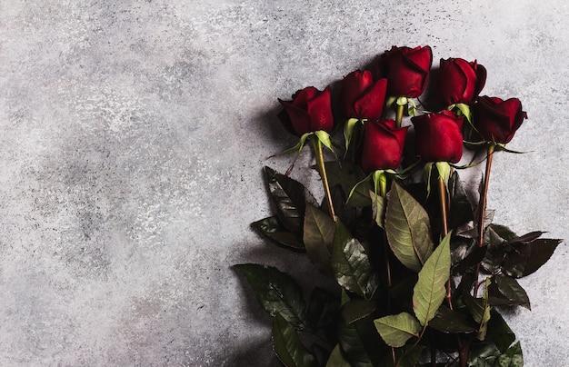 Muttertagesrot-rosengeschenküberraschung der valentinstagfrauen auf grau Kostenlose Fotos