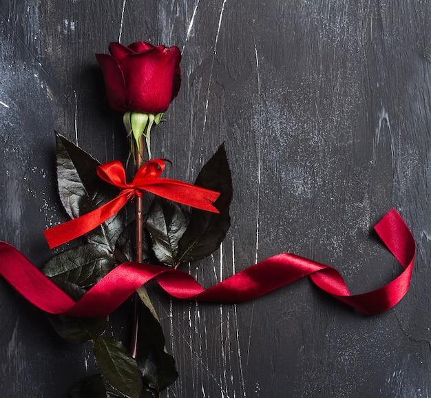 Muttertagesrotrose der valentinsgrußtagesfrauen mit bandgeschenküberraschung Kostenlose Fotos