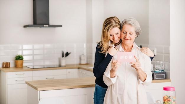 Muttertagkonzept in der küche Kostenlose Fotos