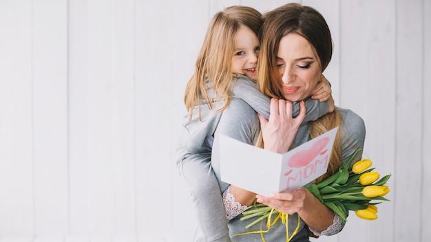 Muttertagkonzept mit glücklicher mutter und tochter Kostenlose Fotos