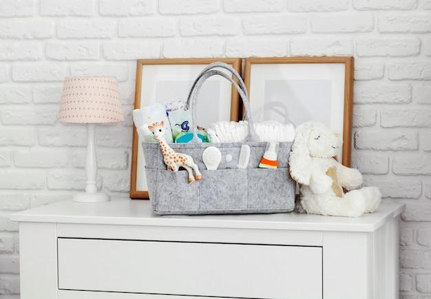 Muttertasche mit spielzeug, windeln und accessoires auf weiß Premium Fotos