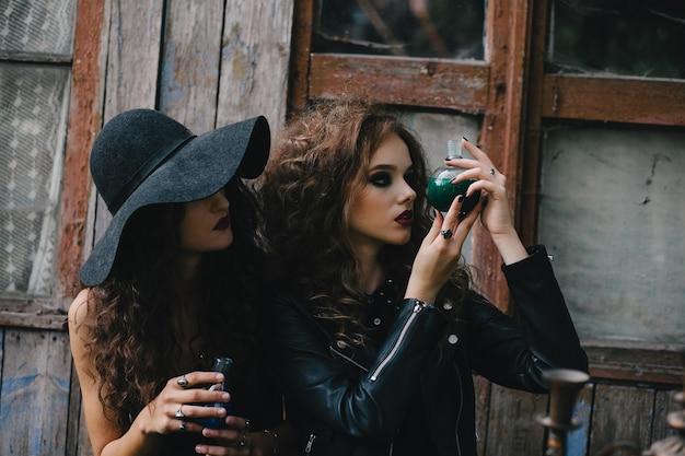 Mysterious zauberin eine flasche mit flüssigkeit zu beobachten Kostenlose Fotos