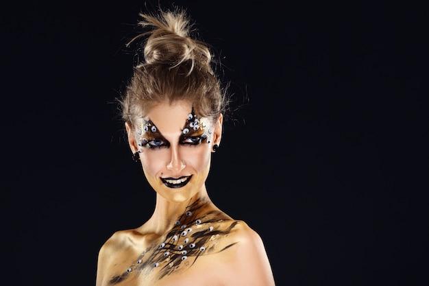 Mystischer held, goldenes mädchen. fantasie-make-up. Premium Fotos