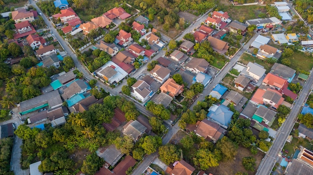 Nachbarschaft mit wohnhäusern und einfahrten Premium Fotos