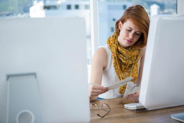 Nachdenklich hipster business-frau sitzt an ihrem schreibtisch und grasen farbfelder Premium Fotos