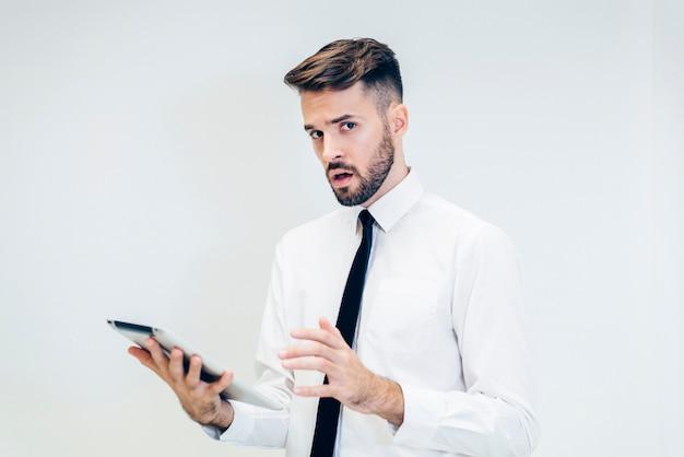 Nachdenklich mann an einer tablette suchen Kostenlose Fotos