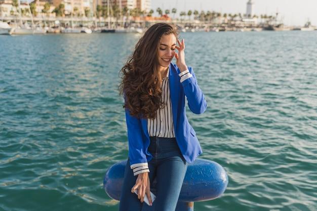 Nachdenkliche junge frau mit port hintergrund Kostenlose Fotos