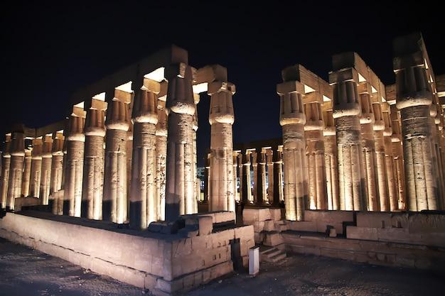 Nacht in den alten tempeln von luxor ägypten Premium Fotos