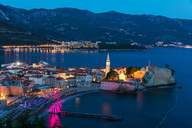 Nachtansicht der altstadt von budva, adriatisches meer, montenegro. Premium Fotos
