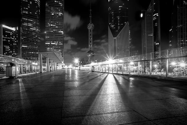 Nachtansicht der leeren ziegelbodenfront des modernen gebäudes Kostenlose Fotos