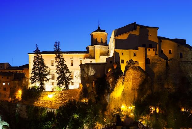 Nachtansicht der mittelalterlichen häuser auf felsen Kostenlose Fotos