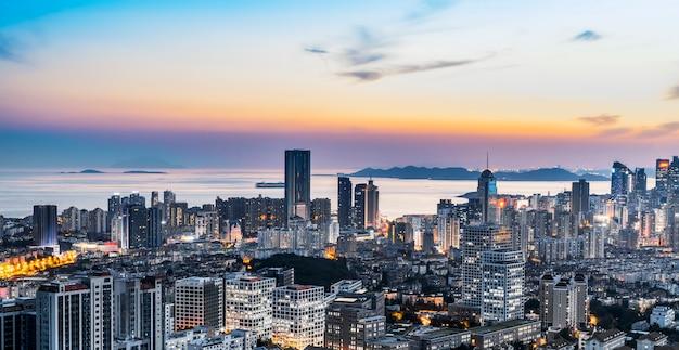 Nachtansicht der qingdao-küstenlinienarchitektur und der städtischen skyline Premium Fotos