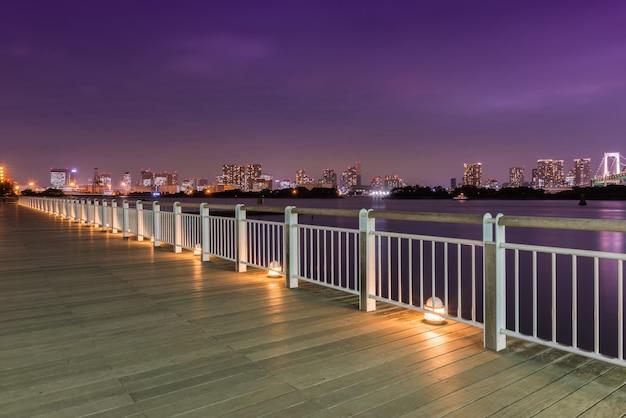 Nachtansicht der regenbogenbrücke Premium Fotos