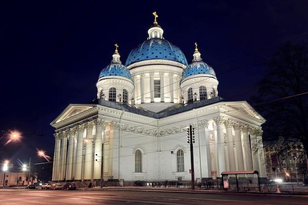 Nachtansicht der troitsky kathedrale in st petersburg, russland Premium Fotos