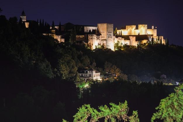 Nachtansicht des berühmten alhambra-palastes in granada vom sacromonte-viertel, Kostenlose Fotos