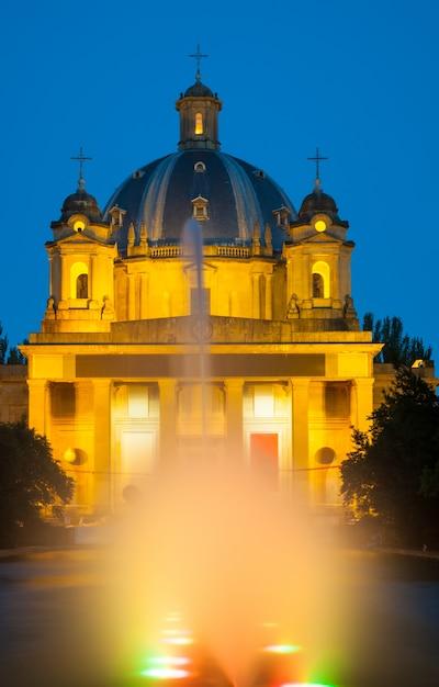Nachtansicht des monumento a los caidos Kostenlose Fotos