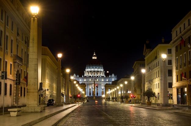 Nachtansicht in st peter kathedrale in rom, italien Premium Fotos
