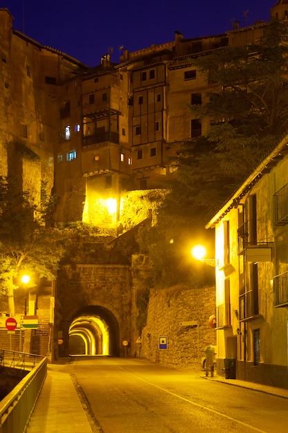 Nachtansicht von albarracin mit tunnel Kostenlose Fotos