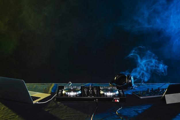 Nachtansicht von dj-mischung der partyunterhaltung Kostenlose Fotos