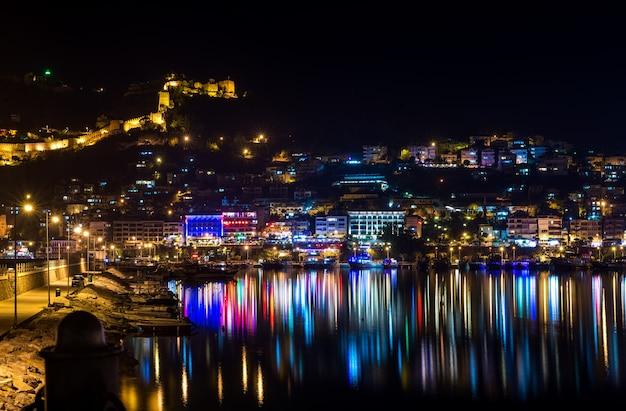 Nachtansicht von hafen-, festungs- und nachtlichtern in alanya, die türkei. Premium Fotos