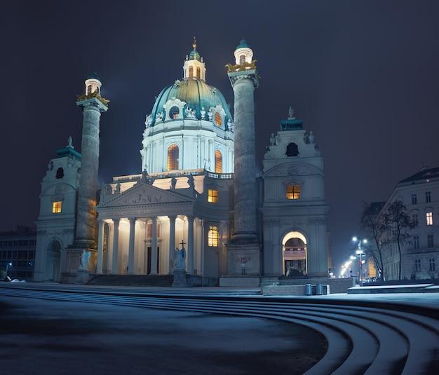 Nachtansicht von karlskirche (kirche von st charles) in wien mit schnee Premium Fotos