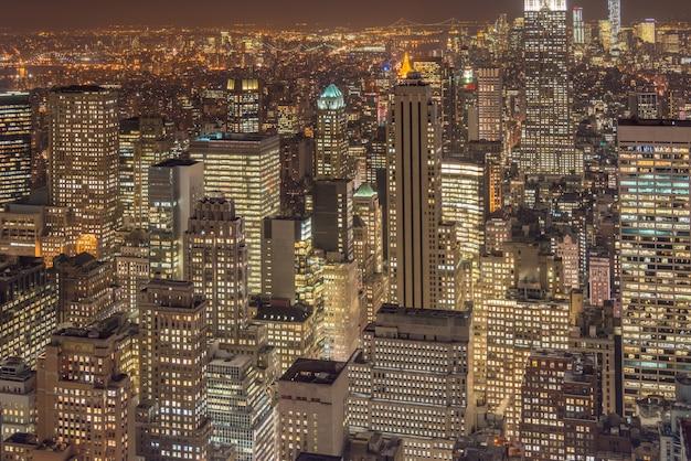Nachtansicht von new york manhattan während des sonnenuntergangs Premium Fotos