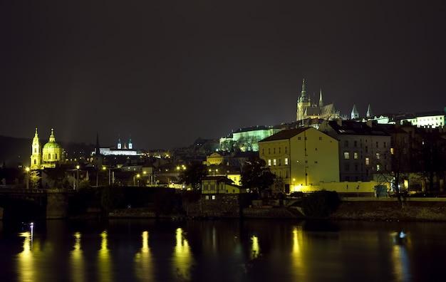 Nachtansicht von prag Kostenlose Fotos