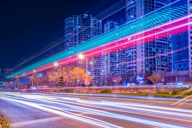 Nachtansicht von stadtstraße und von fuzzy car lights Premium Fotos