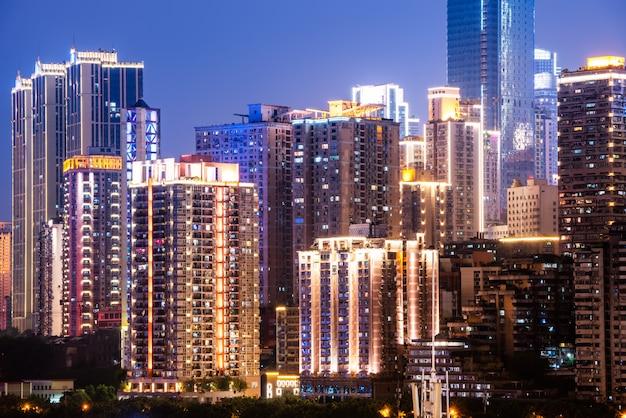 Nachtansicht von städtischen gebäuden Premium Fotos