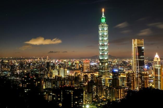 Nachtaufnahme von taipei 101 Premium Fotos