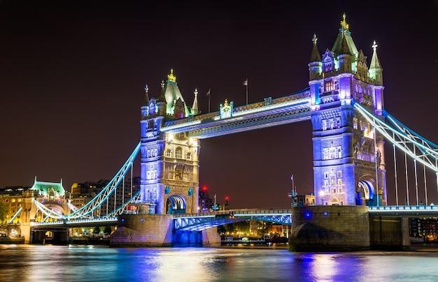 Nachtbeleuchtung der tower bridge in london - england Premium Fotos