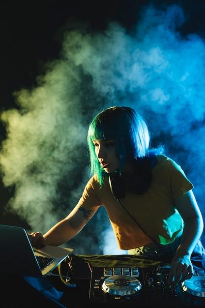 Nachtclubleben mit weiblichem dj-mischen Kostenlose Fotos