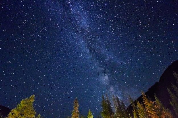 Nachthimmel in den bergen. milchstraße sterne Premium Fotos