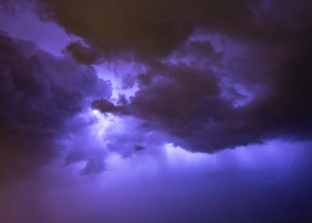 Nachthimmel mit gewitter Premium Fotos