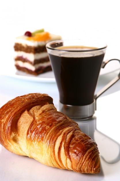 Nachtischfruchtkuchen mit schwarzem kaffee Kostenlose Fotos