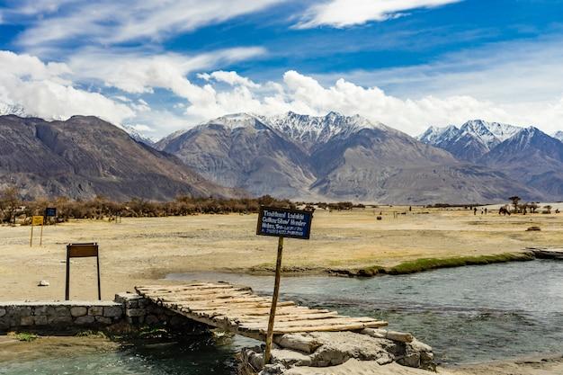 Nachtischsanddüne mit bewölktem blauem himmel, nubra-tal in leh ladakh, nordindien Premium Fotos