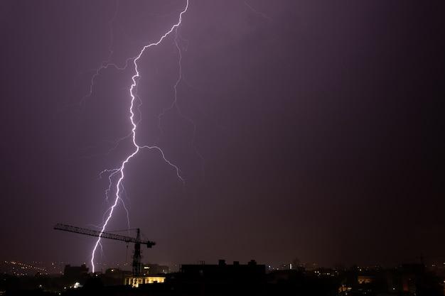 Nachts blitze über der stadt. Premium Fotos