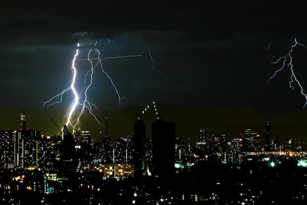 Nachts lichtblitz auf die stadt Premium Fotos