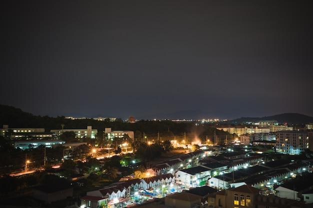 Nachtszene der kleinstadt mit schönem licht Premium Fotos