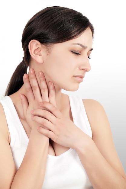 Nackenschmerzen. schöne frau, die die schmerz im stutzen, schmerzliches gefühl hat Premium Fotos