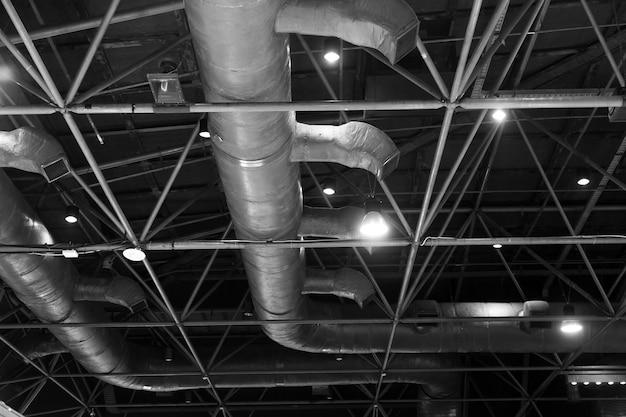 Nackte haut decke; dachaufbau, lichtplanung, elektrik und klimaanlage zeigen Premium Fotos