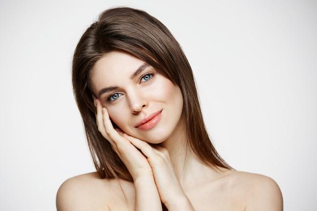 Nackte junge schöne frau mit natürlichem make-up lächelnd. kosmetologie und spa. gesichtsbehandlung. Kostenlose Fotos