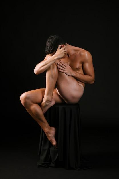 Nackter, der bedeckungsgesicht mit den händen stationiert Kostenlose Fotos