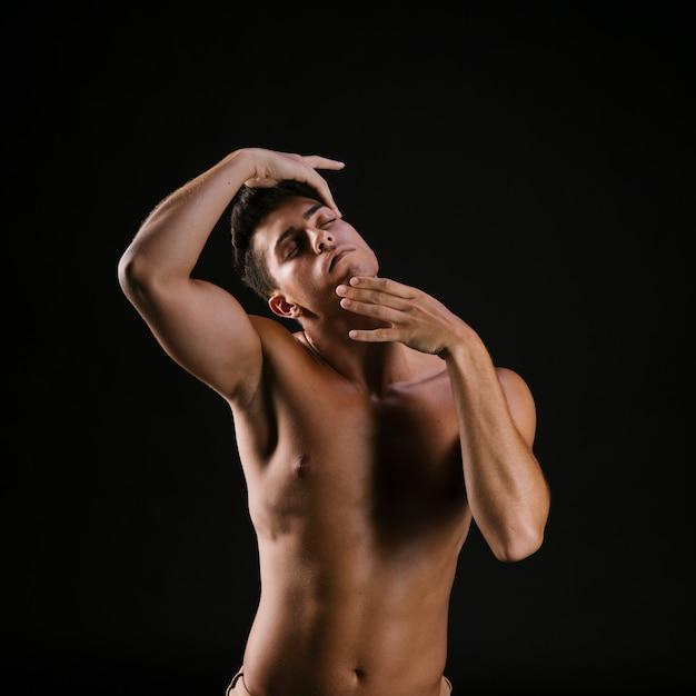 Nackter mit den geschlossenen augen, die gesicht halten Kostenlose Fotos