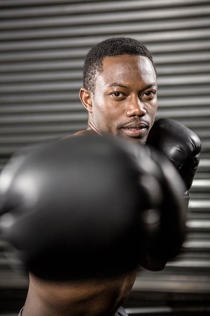 Nackter oberkörper boxertraining im crossfit gym Premium Fotos