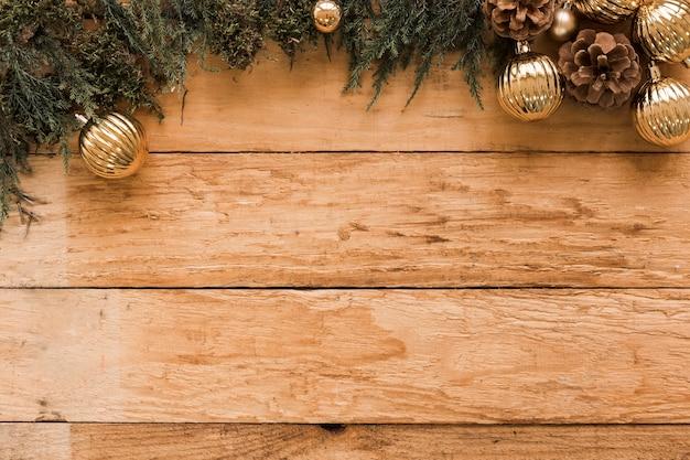 Nadelholzzweige und goldene weihnachtskugeln Kostenlose Fotos