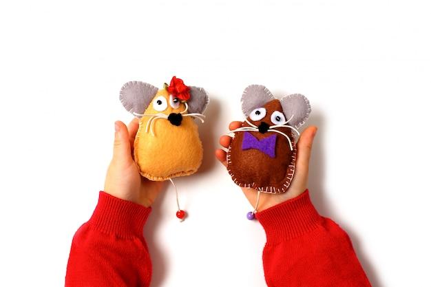 Nähen von mausspielzeug aus filz auf kinderhänden. Premium Fotos