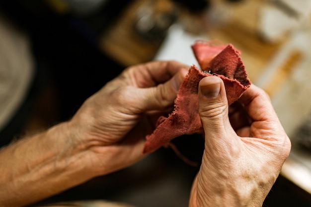 Nahansicht. der juwelier macht einen silbernen ring. auf der insel bali. indonesien Kostenlose Fotos